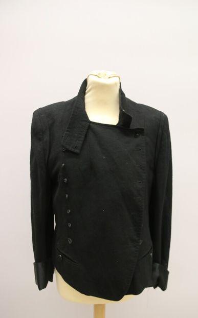 ANNE DEMEULEMEESTER.  Veste courte en laine noire, à double boutonnage, martingale...