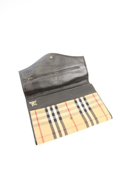 BURBERRYS'  Pochette en toile motif tartan, intérieur en cuir marron à deux soufflets,...