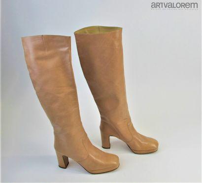 Paire de bottes en cuir beige, semelle compensée....