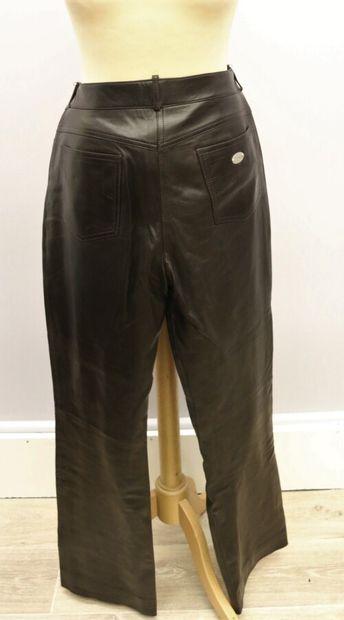 CELINE  Pantalon cuir marron, se fermant par un bouton et un zip, deux poches sur...