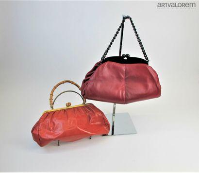 Deux sacs vintage à main en cuir. Un de couleur...