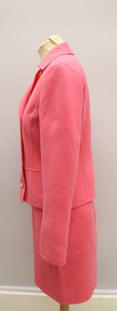 CERRUTI 1881  Tailleur jupe en fin lainage et élasthanne rose malabar.  Veste courte...