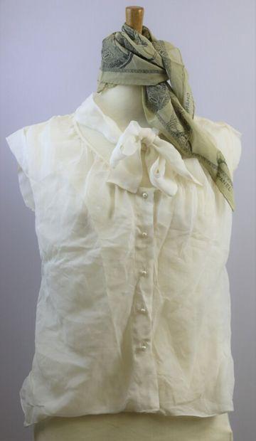 CHANEL  Foulard en mousseline de soie représentant des articles de jardin  50 x...