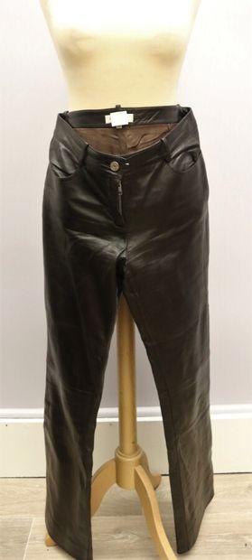 CELINE  Pantalon cuir marron, se fermant...
