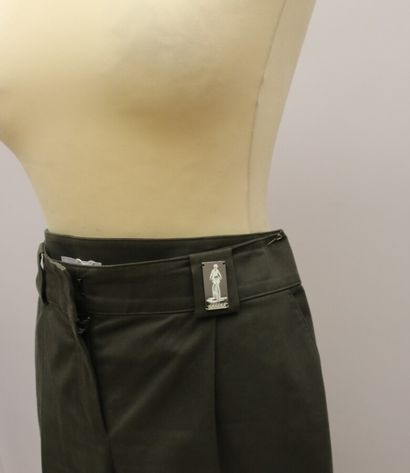 CELINE  Pantacourt en coton marron, se fermant par un zip, une agrafe et un bouton,...