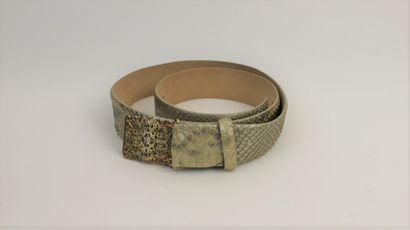 CABASSO  Ceinture en imitation python doré et boucle en métal doré repoussé  L....