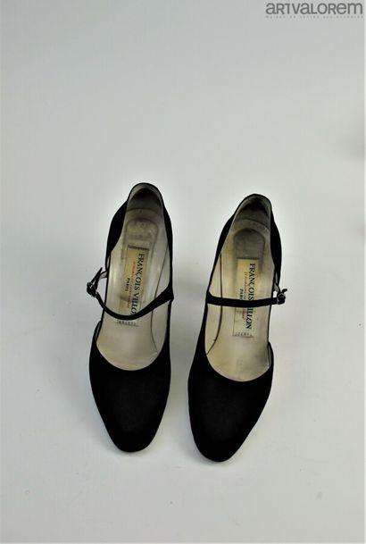 Paire de sandales en satin noir, semelle...