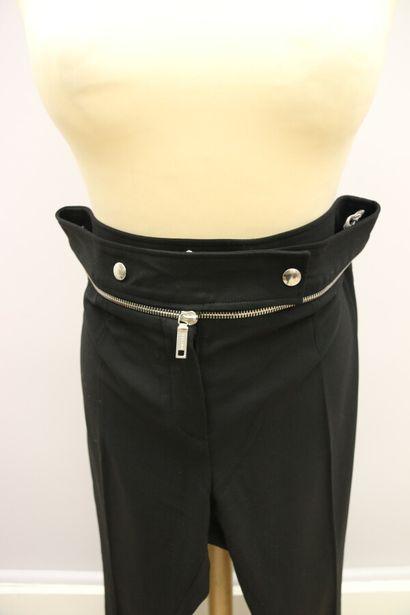 CELINE  Deux pantalons à pince en laine, l'un noir et l'autre gris, se fermant par...