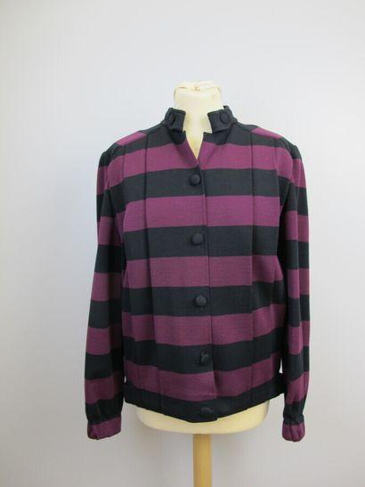 CERRUTI 1881  Jupe en laine noire, se fermant par un zip et un bouton dans le dos,...