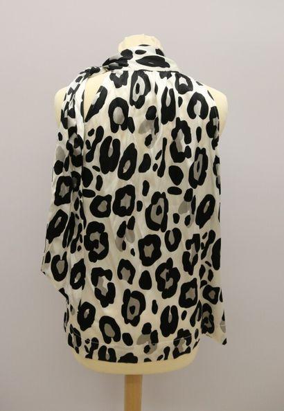 APOSTROPHE  Blouse sans manches soie imprimée panthère blanc et noir, col lavallière...