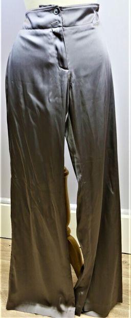 APOSTROPHE  Pantalon en satin gris, se fermant...