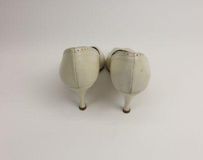 APOSTROPHE, paire d'escarpins en cuir crème, ouverts sur le devant, bords surpiqué...