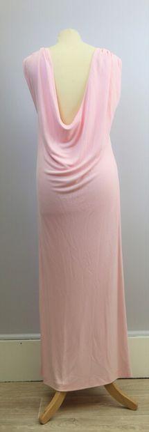 AZZARO Attribué à  Robe longue sans manche en rayonne rose, et une écharpe.  Taille...