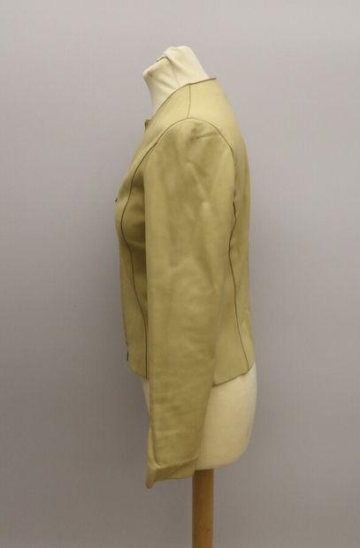 APOSTROPHE  Petite veste courte en cuir beige, se fermant par un zip.  Taille 36...