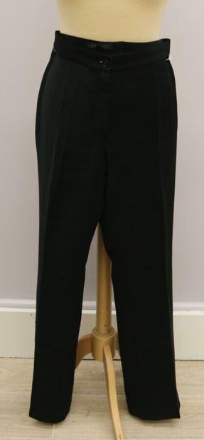Lot de deux pantalons  APOSTROPHE  Pantalon à pince noir, se fermant par un zip...