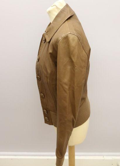 CACHAREL  Blouson en cuir marron, se fermant par six boutons, deux poches sur les...