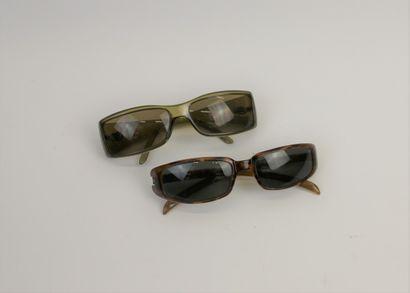 GUCCI  Deux paires de lunettes de soleil...