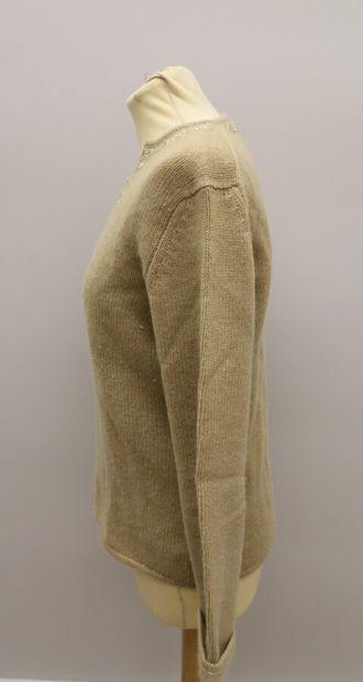 APOSTROPHE  Pull en laine et cachemire beige, col tunisien, brodé de perles  Taille...