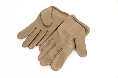 AVRIL  Paire de gants en cuir taupe orné d'une fleur  Taille 6  (Très bon état)