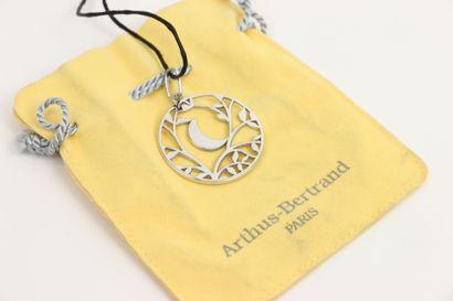 ARTHUS BERTRAND  Pendentif en argent 925°/°° de forme circulaire à décor ajouré...