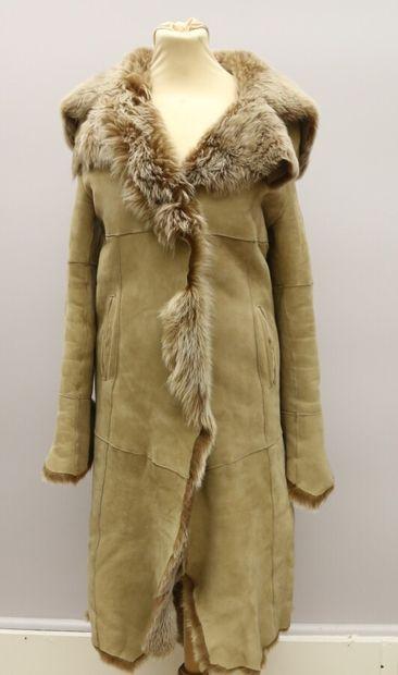 Manteau long en peau retourné beige et fourrure...