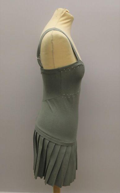ALBERTA PERETTI  Robe courte grise à bretelle, plissé sur le bas, décolleté en V,...