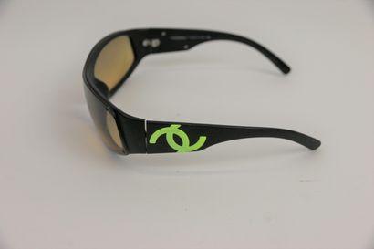 CHANEL  Paire de lunettes de soleil, verres fumés brun, cigle jaune  (usures et...