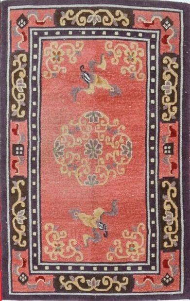 Original tapis Tibétain, milieu XXème.  Velours en laine sur fondations en coton....