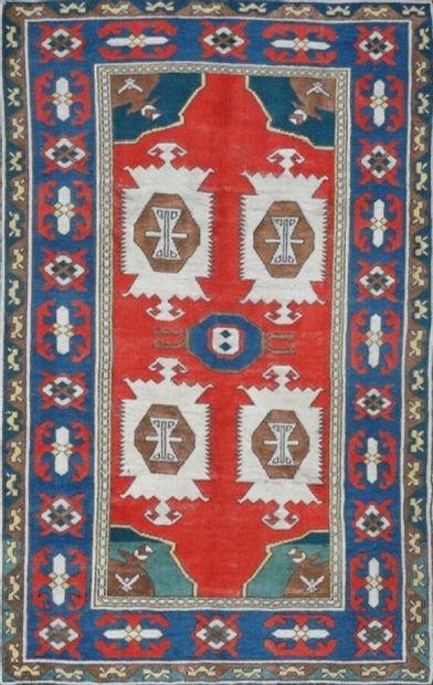 Original Kars (Turquie) vers 1980.  Velours en laine sur fondations en laine.  Champ...