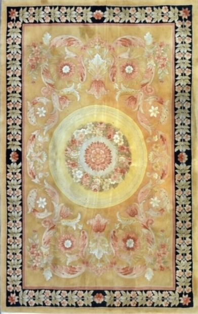 Grand tapis de style Savonnerie XXème.  Velours...