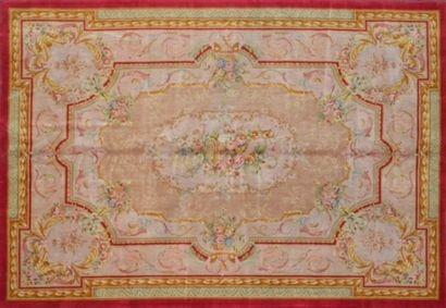 Important tapis de style Savonnerie XXème....