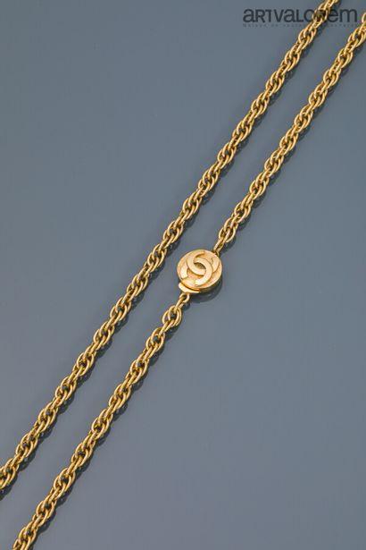 CHANEL  Sautoir en métal doré à maille torsadée,...