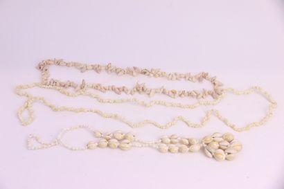 Trois colliers de coquillages  Long: 90 ,...
