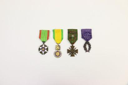 Lot de 4 décorations : Officier de la Palme...