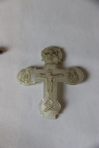 un crucifix en pendentif en nacre et métal...