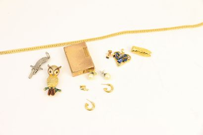 Deux pendentifs d'oreille ornées de perles,...