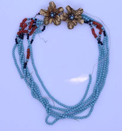Collier à cinq rangs de perles de verre turquoise,...