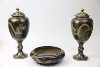 CHINE, circa 1900.  Garniture d'autel incomplète...