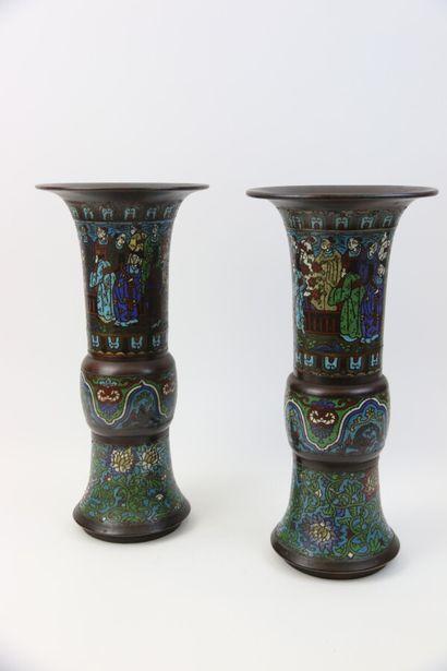 Paire de vases de forme gu en bronze cloisonné...