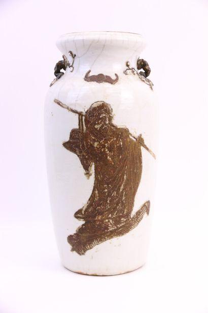 CHINE  Vase en grès émaillé à décor d'un...