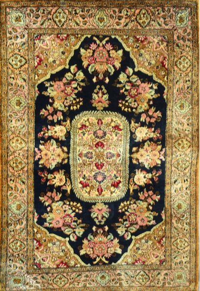 Tapis persan.Goum en soie 125 x 85 cm