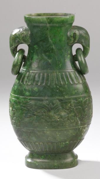 Vase de forme balustre en néphrite verte...