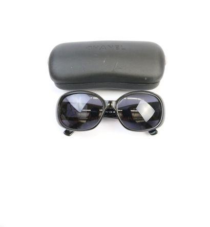 CHANEL  Paire de lunettes de soleil Camélia,...