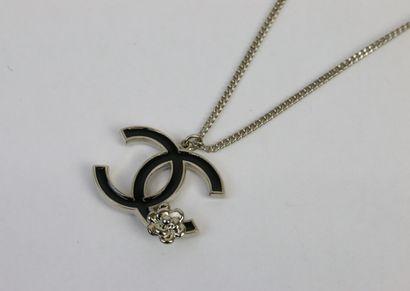 CHANEL  Chaine en métal chromé et son pendentif...