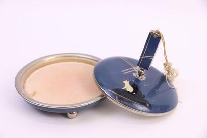Boite à poudre en métal émaillé bleu à décor...