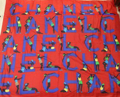 CHANEL  Paréo en coton imprimé à fond rouge...