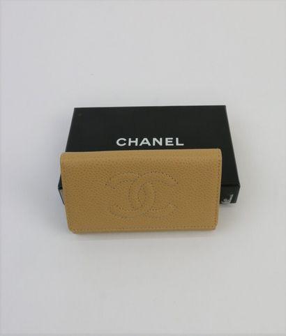 CHANEL  Porte clé en cuir grainé gold, sigle...