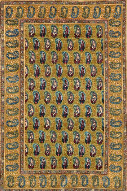 Fin Ghoum kork (Iran) vers 1970.  Champ vieil or à semis de botehs (symbole de la...