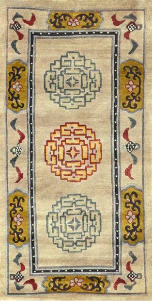 Tibet vers 1960.  Champ ivoire à trois médaillons...