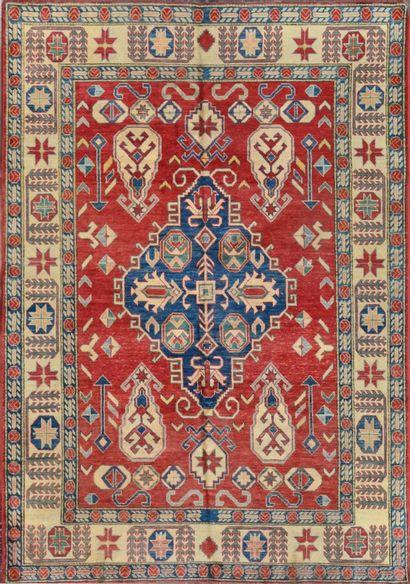 Grand Kazak (Caucase du Sud) vers 1980.  Champ rouge brique à décor floral géométrique...